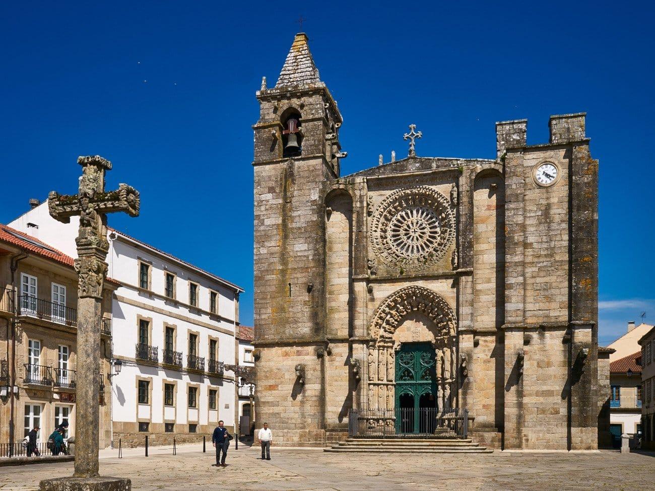Igrexa de San Martiño y plaza do Tapal-Noia