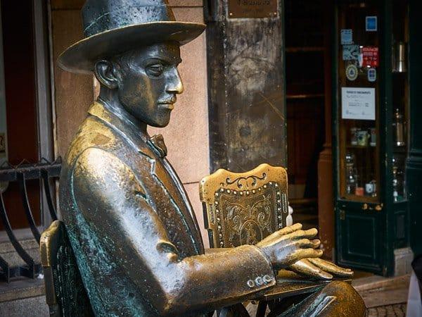 Estatua de Pessoa - Lisboa