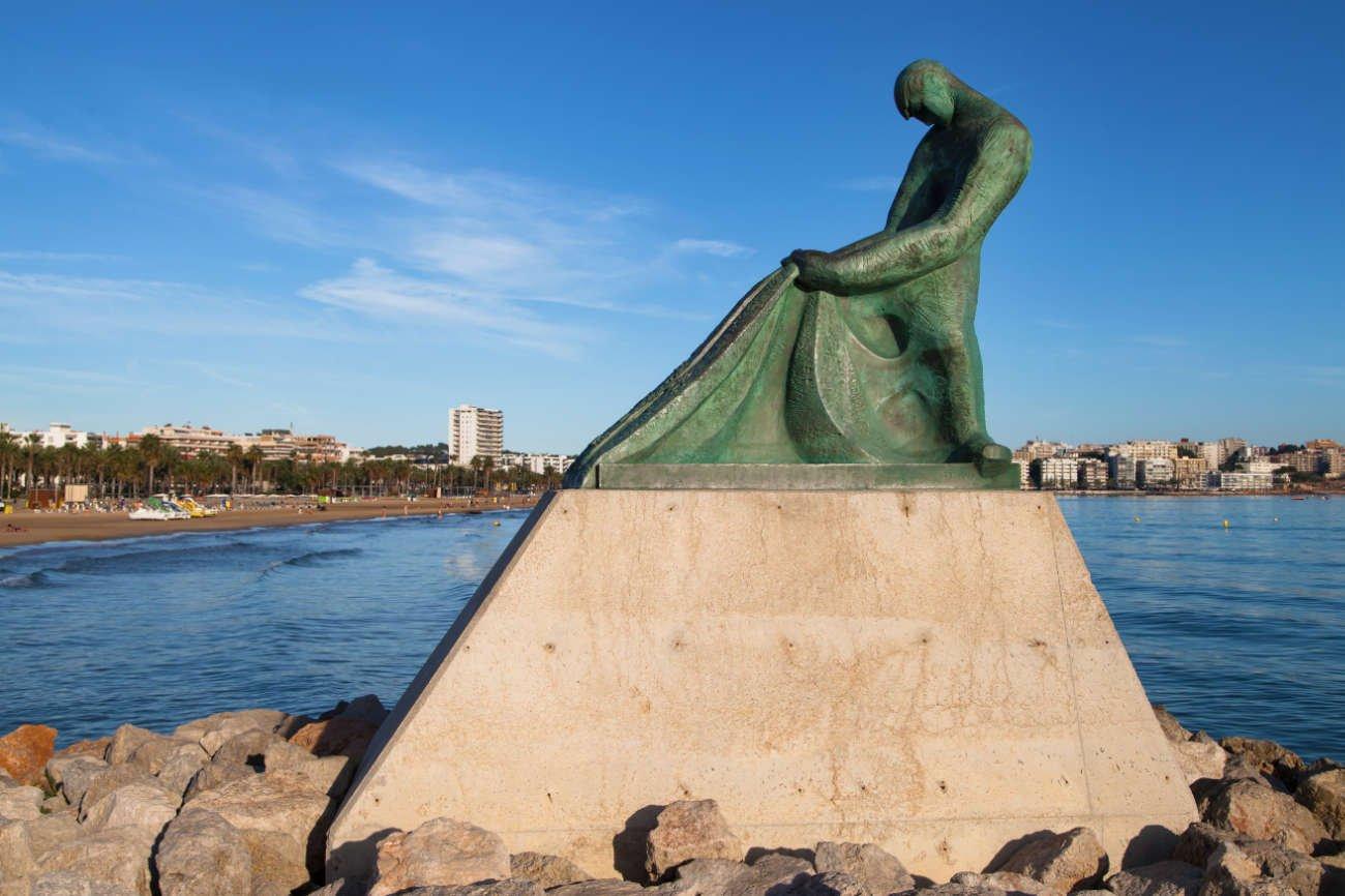 Monumento al pescador y muelle Salou